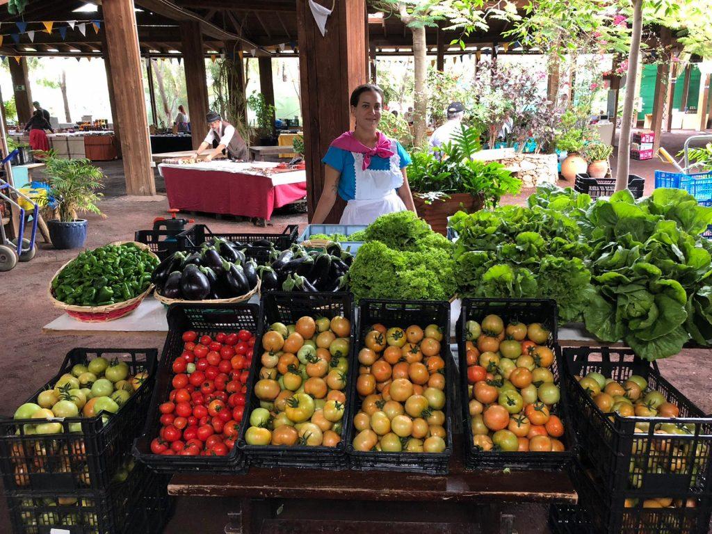 Viola vendiendo sus productos en el mercado local